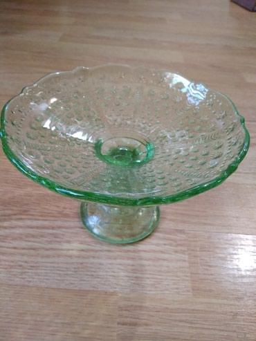 Антикварные вазы в Кыргызстан: Раритет. Винтаж. Стеклянная ваза на ножке 10*16,5. Цветное зелёное