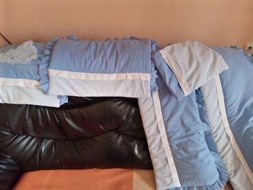 Posteljina za deciji krevetac. Sastoji se iz 4 dela sa donjim