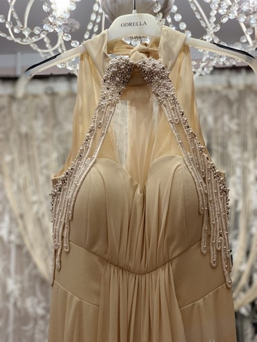 Шикарное платье в пол с небольшим шлейфомБыло одето 1 разРазмер SЦена
