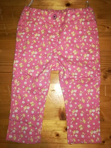 C&A roze pantalone za devojčice sa cvetićima, iza su džepovi u