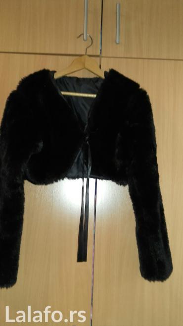 Crna kratka bundica od veštačkog krzna obucena jednom preko haljine - Kragujevac