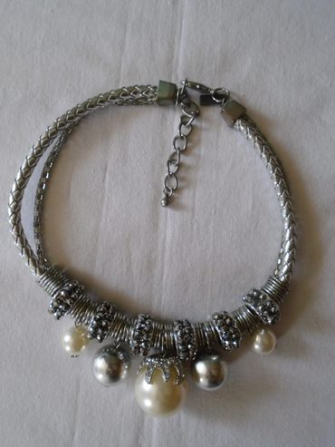 Prelepa i atraktivna ogrlica.  Metal je samo u delu gde se kopča malo - Belgrade