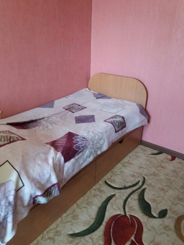 кровати в хорошем состоянии. у одной имеются выдвижные шкафы. в Бишкек