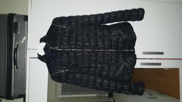 Crna perjana jakna, više je za prelazni period. Strukirana. Velicina - Sremska Mitrovica