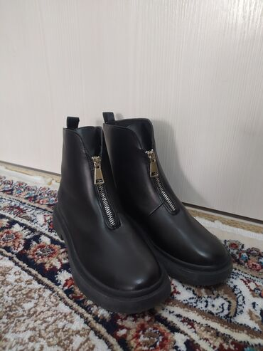 зимние куртки женские бишкек в Кыргызстан: Продаю совершенно новые женские ботинки деми (черные)