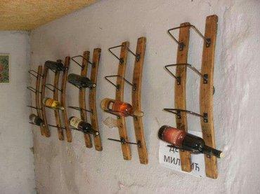 Postolje police je od duga od bureta od bagremovog drveta, nosaci vina
