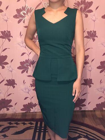 Платье цвета изумруд с баской. Размер XS,S (новое)
