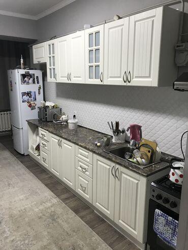 Дом и сад - Бишкек: Продаю кухонную гарнитуру  Есть шкаф под вытяжку  И шкаф под плиту вст
