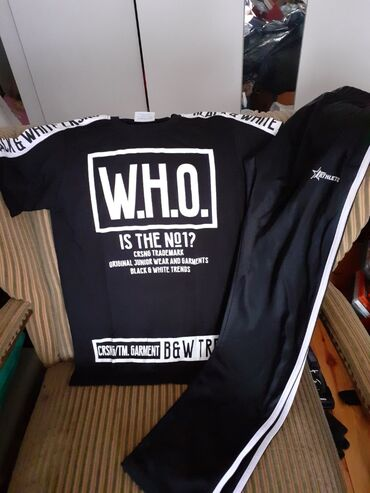 Crni komplet majica i donji deo trenerka velicine 12