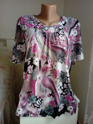 Majica prelepog dezena i prijatnog materiijala.Velicina M