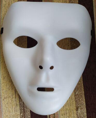 Белая маска на прочноц резинке . Сделан из качественной плотной