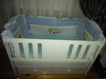 ag usaq paltarlari - Azərbaycan: Детская кроватка, отдам за 80 азн. Бортики, постельное белье, одеало