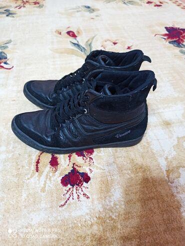 овчарка отдам в хорошие руки в Кыргызстан: Продаю женские деми ботинки, сникерсы. В хорошем состоянии. Турция