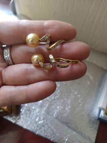 Серебряные серьги в лимонной позолоте с жемчугом карамельного цвета и