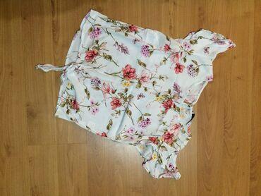 Košuljica, kratkih rukava, cvetna, poput bluzice. Jako lepo stoji i pa