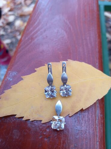 Срочно Продаю Красивый серебро с камушками комплект в идеальном