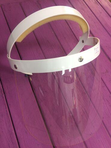 Защитный экран для лица используется в качестве защитного барьера от