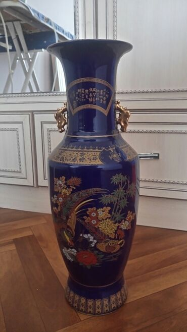 Антикварные вазы - Бишкек: Продаю напольную вазу. Высота 45 см. Цена вазы 800 сом. Цветы