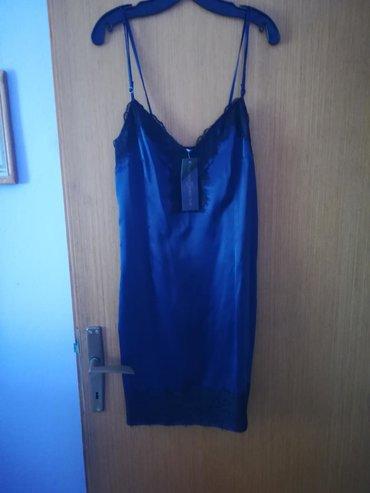 Potpuno nova haljina, nije nosena ni jednom, sa sve etiketom. Teget