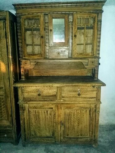 Vreca za spavanje - Beograd: Namestaj je od punog drveta, pravljen 1934 god.  Kredenac i garderober