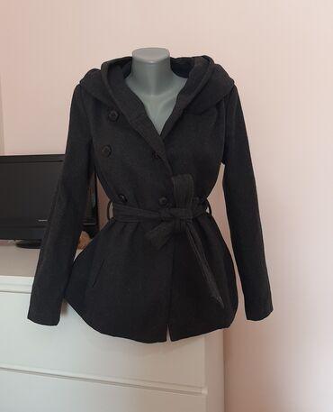 1374 oglasa: Zara tamno sivi kratki kaputVelicina je MDuzina: 64cmRamena