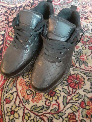 спортивная обувь в Кыргызстан: Продаю обувь за 800с купили оказалась маленькая одевали только когда