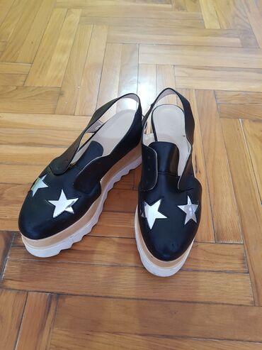 Cipele na platformu - Srbija: Crne cipele na platformu,nosene sa vidljivim znacima ostecenja ali se