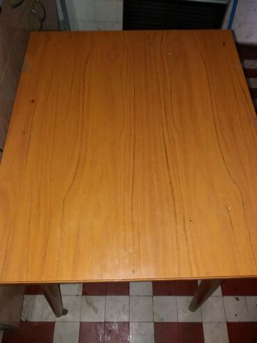 Kuhinjski sto očuvan,manji razvlači se po potrebi. 2000 din samo lično