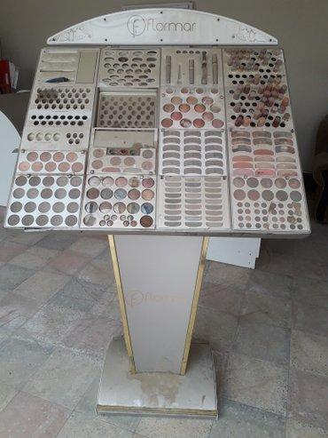 Şirvan şəhərində Flormar ve Farmasinin kosmetika stendi satilir