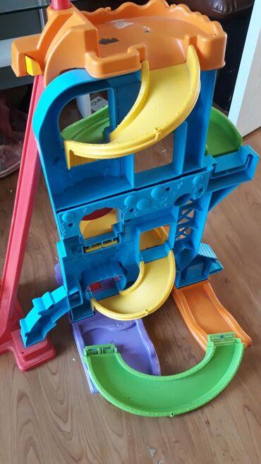 | Loznica: Odlična igračka za decu. Ima samo jedan autic koji ide uz njega, ali