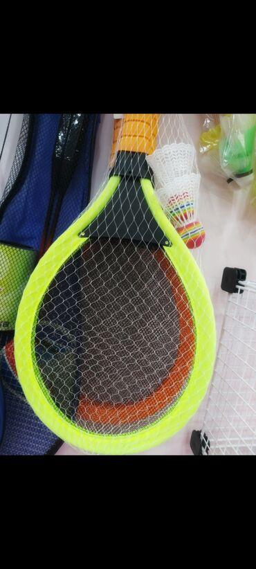 Badminton raket.Raketin işıqları yanır.Toplarda qiymətə