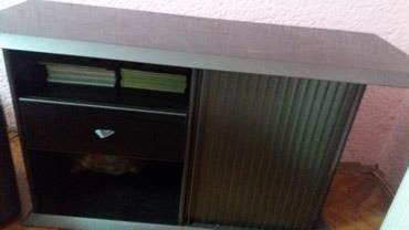 Drveni orman za televizor ,crne boje ima dve pregrade ,jednu fijoku i - Pozarevac