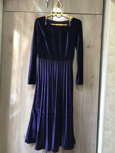 платье миди в Кыргызстан: Платье в размере 36(Турецкое)Имеется регулируемый ремешокДлина