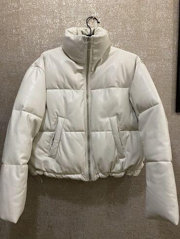 Куртки - Кыргызстан: Продаю дутую куртку-бомбер.Очень стильно смотрится.Цвет-молочныйТёплая