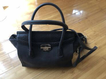 Zenska torba u odlicnom stanju. Bukvalno nova. Nosena nekoliko puta