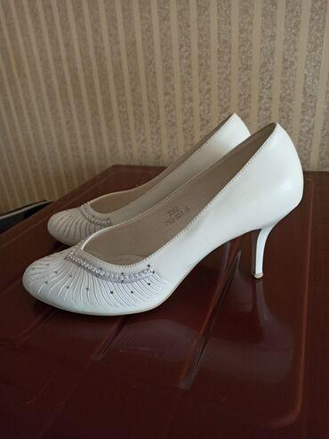 botinki 39 razmer в Кыргызстан: Продаю свадебные туфли в отличном состоянии фабричные Louisa Peeress