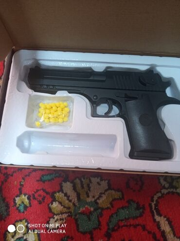 ИгрушечныйЖелезный пистолетСтреляет пластиковыми пулями (6 мм)Есть