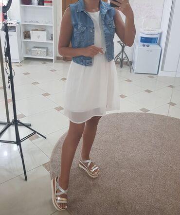 Teksas prsluk - Srbija: Bela letnja haljina i teksas prsluk