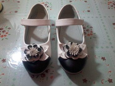 замшевые туфли на каблуках в Кыргызстан: Туфли на девочку, очень красивые, туфли новые, застегиваются на липучк
