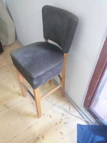 Nameštaj - Lazarevac: Barska stolica, vrlo kvalitetna i ocuvana. Drvene nogice bi mogle da s