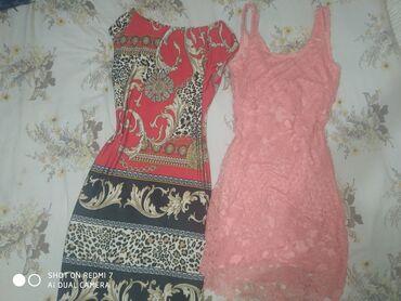 Dve haljine s vel na crvenoj koncic izvucen na ledja Al kad se obuce