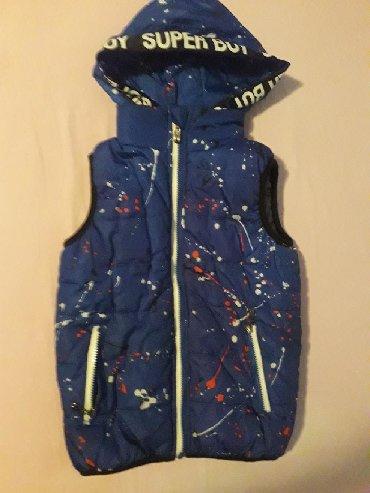 Dečija odeća i obuća | Krusevac: Postavljen prsluk,kapuljaca se skida,vel 10,duzina 50,sirina ramena 30