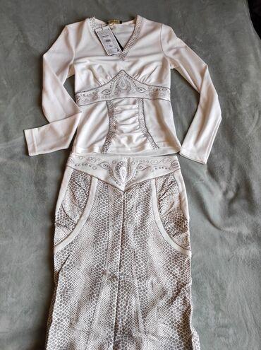 Бюстгальтер со стразами - Кыргызстан: Продаю костюм кофта и юбка. Цвет белый со стразами. Размер 44-46