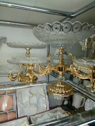 Bakı şəhərində Son model meyvə və çərəz qabı bir yerdə. Qizili və gümüşü rengliside o
