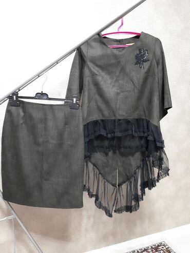 Стильный юбочный костюм с трапецовидной кружевной баской на блузе