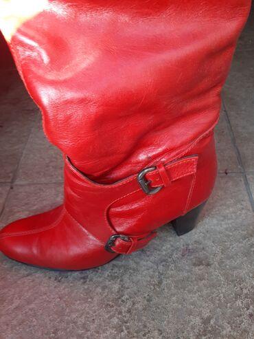 Crvene kozna cizme.Vrlo malo nosene.U odlicnom stanju.Stikla stabilna