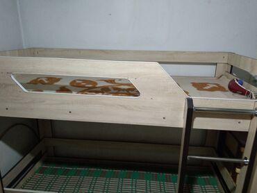 Другие кровати - Кыргызстан: Продаю срочно двух ярусную кровать в хорошем состоянии светлая