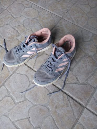 Zenske farmericecine - Srbija: Zenske patike adidas br35, ocuvane