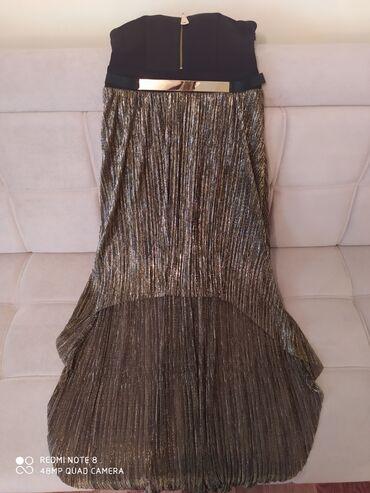 Очень ну очень красивое золотистое удобное платье с открытым плечик
