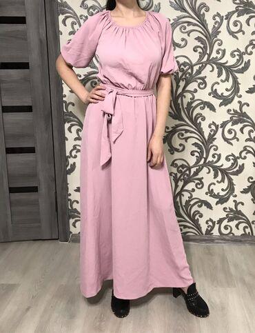 Длинное платье в красивом розовом цвете с поясом, особенно хорошо